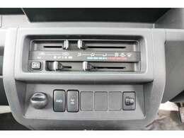 エアコン付き!4WDの切り替えボタンとデフロックの切り替えボタンもこちらについております。