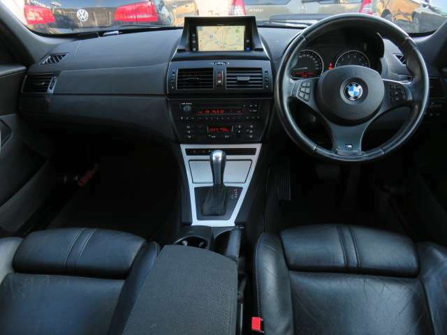 ブラックで統一された車内♪車内はきれいで清潔感もあります♪しっかりとした作りこみはさすがBMW♪高級感とスポーティーさを兼ね備えた1台です♪