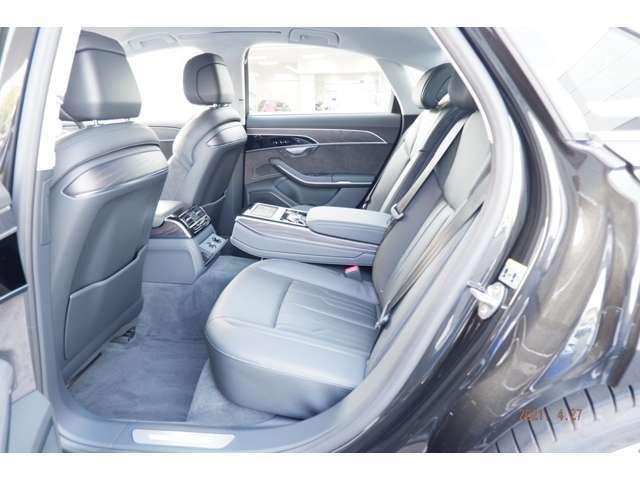 広々とした後部座席は乗る人すべてがのびのびと過ごせる心地よい空間を実現します。後部座席はゆったりとした余裕のある空間です。