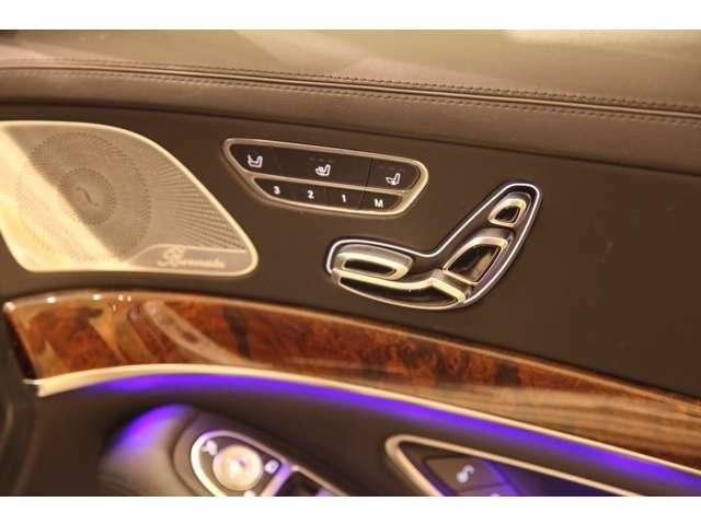 メモリー機能付き電動シートには、シートヒーター、ベンチレーション機能が装備されております。助手席シートのコントロールも運転席側のスイッチにてコントロール可能です。