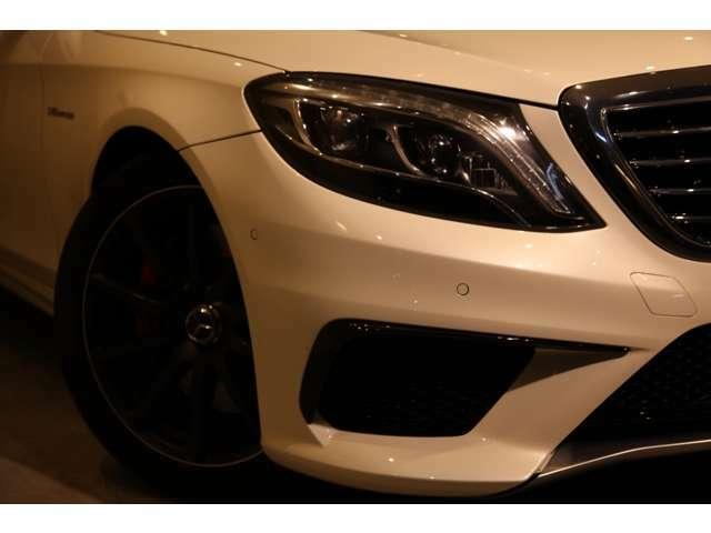 AMGモデルの特徴的なフロントスポイラーやシルバークロームのリップスポイラーが目を引きます。
