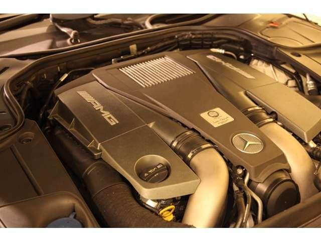 5.5リッターV8直噴ツインターボエンジンを搭載し、AMGならではの、マイスターによる手仕事によるエンジンとなります。