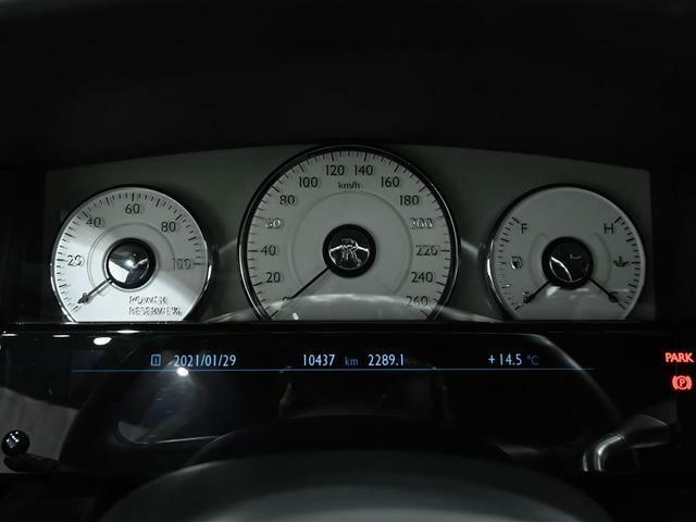 計器は、白地のアナログ表示。中央は速度計で、左にパワーメーター、右には燃料計が配されています