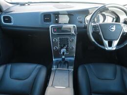 V60ディーゼル車、認定中古車でご紹介!人気の高い白ボディーに黒で統一された内装はメリハリのある印象。クルーズ・コントロールやシートヒーターなどお車の快適装備も充実!お早めにご覧ください!