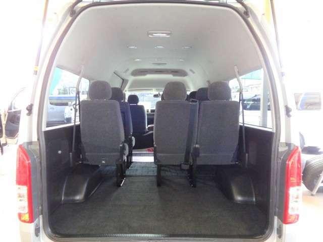 荷室です!10名乗車でも十分な荷物スペースがあるのも魅力ですね!物をたくさん詰まれる場合は簡単な工具で後部座席を取り外せます!リアフィルム施工・セキュリティ取り付けもお任せください!