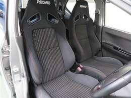 高いホールド性を持つレカロシート。長時間のドライブでも疲れにくいシートです!