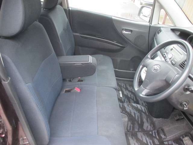 ベンチシートタイプのフロントシートも大変綺麗に保たれております!