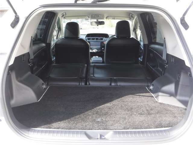 リヤシートを倒せば、広大なスペースが生まれます。長尺物もラクラク積めちゃいます!