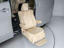 サイドリフトアップシートを装着!座席が昇降することのにより、ご高齢の方や足の不自由な方でも安心して乗降する事が可能です!また、車いすへのお乗りになる際も、広い車外でお乗り換えを行えます!