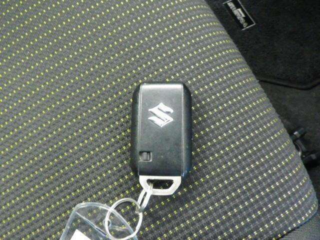 スマートキーをポケットやカバンに入れておくだけでドアの施錠・開錠やエンジンスタートの操作が簡単です!