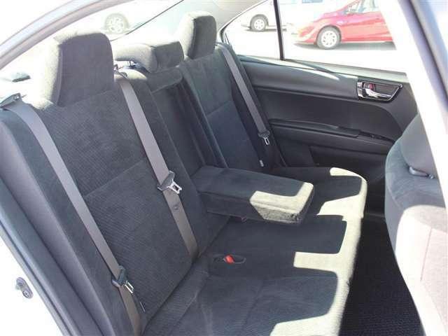後席はひじ掛け付でゆったり座って移動できます!ISOFIX対応でチャイルドシートの取り付けも可能!
