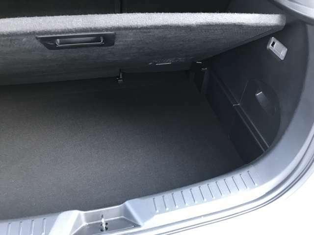 底蓋をを持ち上げると収納スペースがあります。