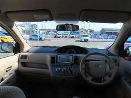 センターメーターで視界良好な運転席廻りです。 運転時の視線移動が少なくて済むので、安全性にも一役かってくれます。