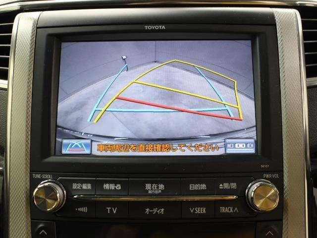 車庫入れや縦列駐車などの際に、後退操作の参考になるガイドラインをモニター画面に表示します。