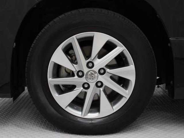 純正アルミホイールは精度が高く、走行の安定性が優れています。タイヤサイズ215/65R16