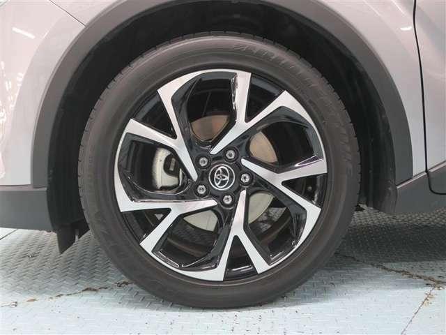アルミホイールは、軽量なので凸凹な路面を走行した時などの突き上げを軽減、またクルマの運動性能も向上し、ブレーキを多用する走行時にもブレーキの発熱を抑え、安定したブレーキ性能を発揮します(*^_^*)