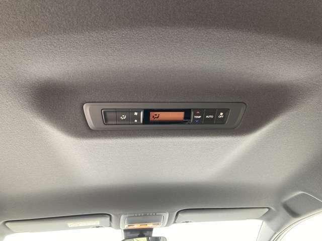 【リアオートエアコン】後席の温度調節をしてくれいつでも快適な車内空間を作ってくれます。