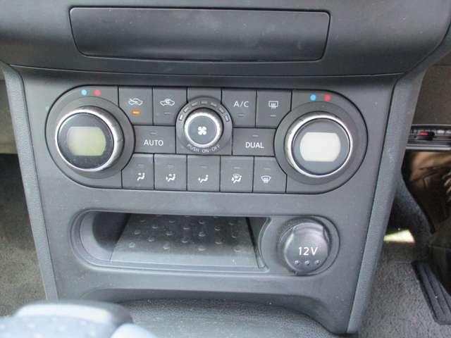 左右独立デュアルエアコン。運転席、助手席側独立して温度調節が可能です。