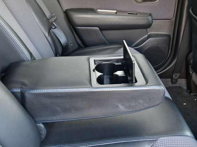 後席のアームレストにもカップホルダーが付いています。