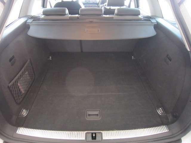 ワゴンですからとても広々、大きな開口部の荷室スペースです。大きな荷物も楽々収納出来ちゃいますね。