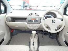 車内のカラーはベージュを基調としています。
