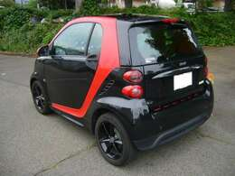 ブラックのアルミホイール、標準です。タイヤはフロント175、リア195の15インchタイヤ。太めです。