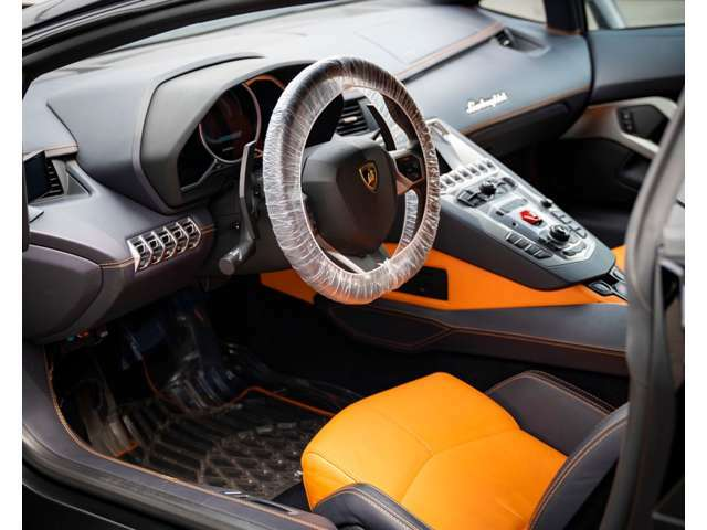 内装はオレンジを黒の差し色で入れてるため車内が明るいのを採用