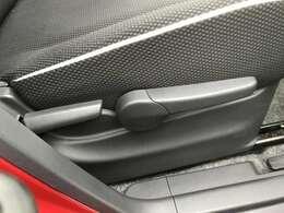 運転席は座面っ高さを調整できるシートリフター付きです