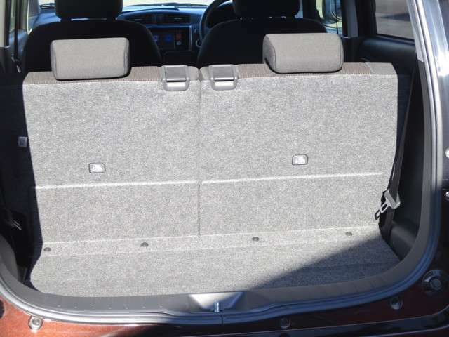 バッグなどの荷物を載せることも出来ます。また、後席を前に倒すことで、より広くスペースを活用できます。
