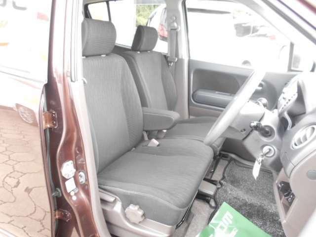 人気のベンチシート!運転席と助手席の行き来もしやすいです。