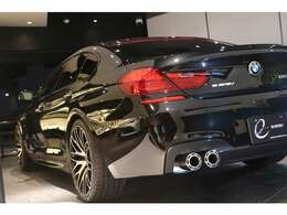 まず、ボディカラーは定番の純正ブラックボディの『ブラックサファイア』となり、内装はブラックレザーシート/シートヒーターを完備。