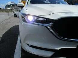 【アダプティブLEDヘッドライト】夜間走行時に先行車や対向車の状況をクルマが判断。ヘッドランプの照射範囲や明るさを自動的に変化させます。