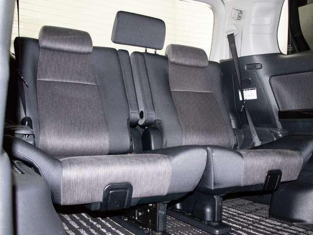 セカンドシートは7人乗りのキャプテンシートタイプとなっております!オットマンも装備してますので、足を伸ばしくつろぐ事が出来ます!