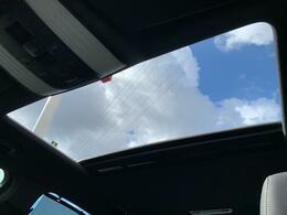 解放感溢れる【サンルーフ】☆車内には爽やかな風や太陽の穏やかな光が差し込みます