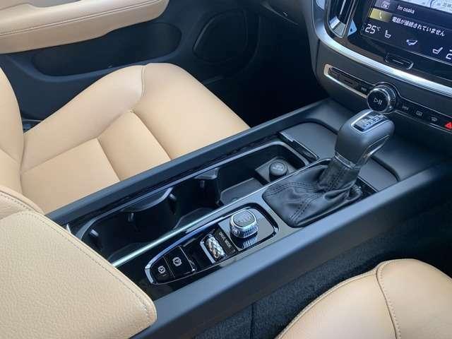 適度に包まれ感がありながらも、視界の良いドライバーズシートです。ステアリングやシフトノブといった操作部は、見た目の質感の高さだけでなく手触りも優れた一品です。