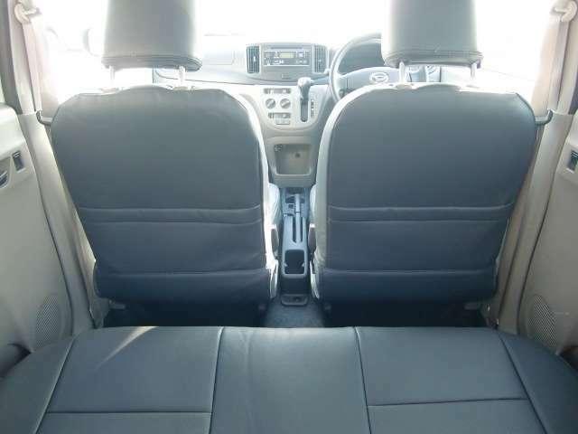 フロントシート背面には、ポケットタイプの収納装備。あると便利です。