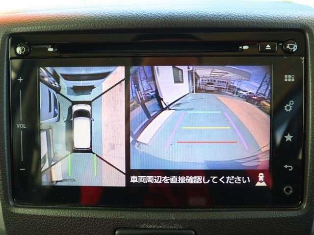 4つのカメラで自車を真上から見ているような俯瞰映像を映し出す全方位モニター。