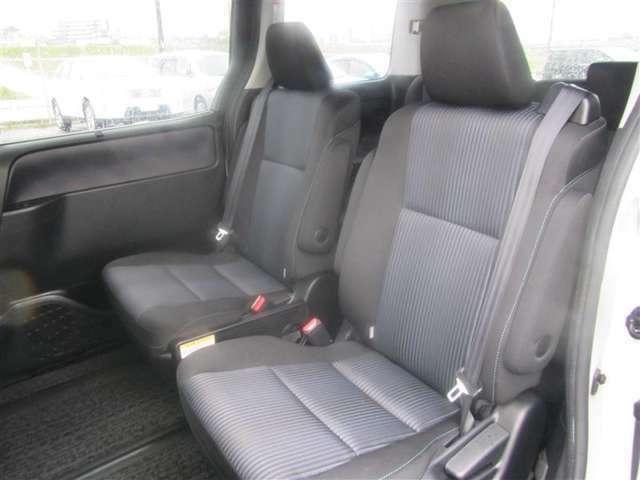 (後部座席)後部座席も当然、綺麗・清潔に仕上げております。内装の綺麗なお車は気持ちが良いですし、コンディションのいい車が多いです。前のユーザーが丁寧に使っていた証拠です。