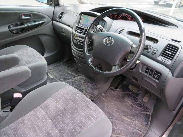 インパネシフトなので足元も広々♪車内がグレーなので明るく見えます♪シートもクッション性があるので長時間運転しても疲れづらくなっています♪