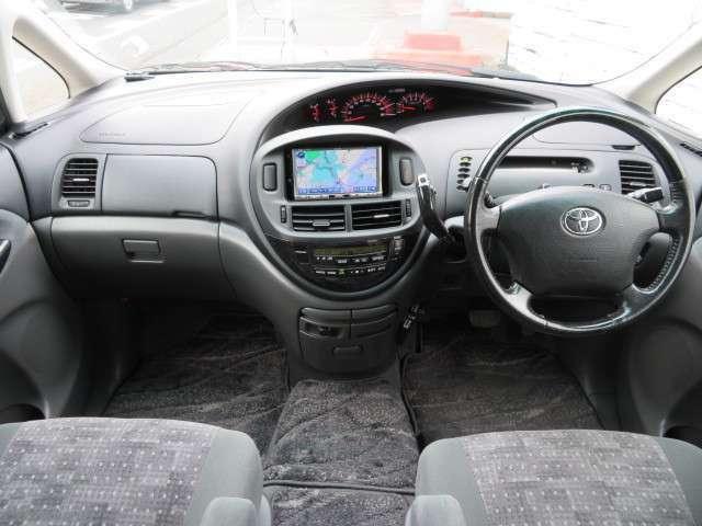 清潔感のあるキレイな車内♪シートも切れや焦げ跡等なくきれいな状態です♪フロントセンター部分はウォークスルーなので、後席への移動も楽々です♪