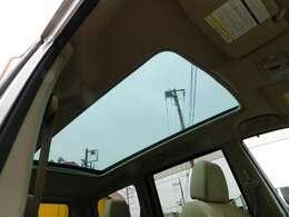 パノラミックルーフがあると車内が明るくなり、開放感を味わうことが出来ます♪