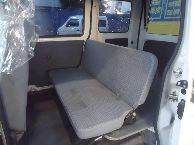セカンドシートの画像です。グレーをベースとしたシートは清潔感があります