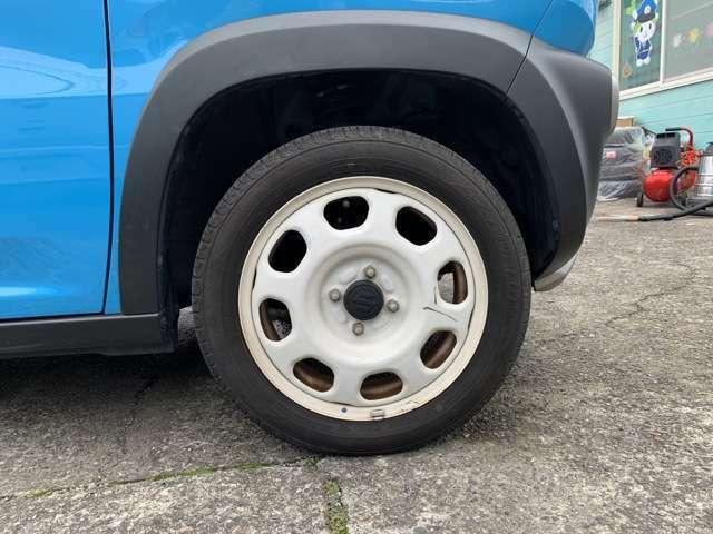 タイヤは純正の15インチホワイトAWにノーマルタイヤを履いており、タイヤ山はおおよそ各4分山程度、タイヤサイズは165/60R15、スぺアタイヤは新車時からもともとついておらずパンク修理キット積みです