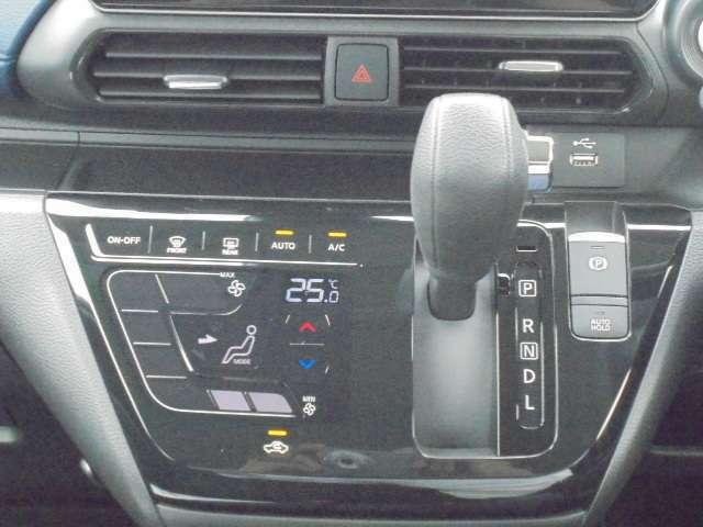 運転席からスムーズにシフトやエアコンの操作が出来ます。