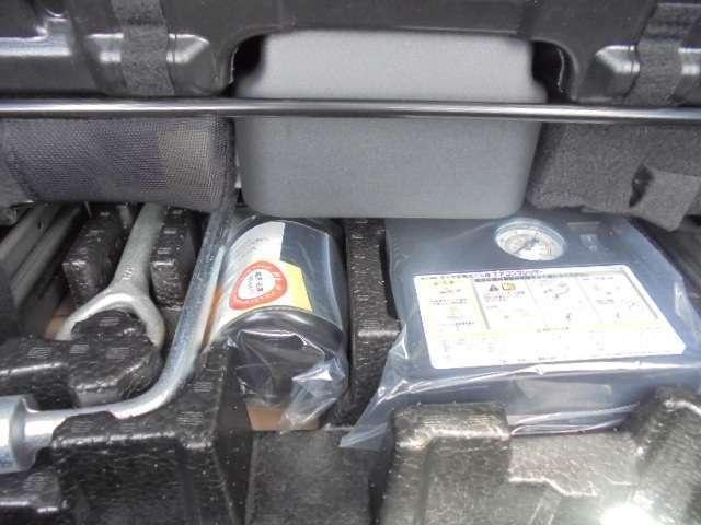 電動ポンプとパンク修理剤と車載工具。