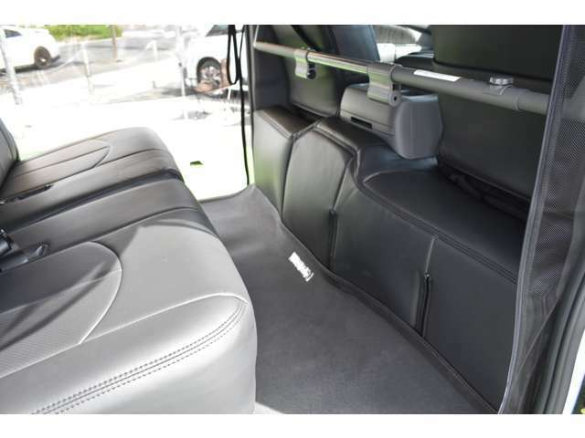 エンジンの熱を軽減するエンジンシートカバーと本皮調シートカバーを装備しています。