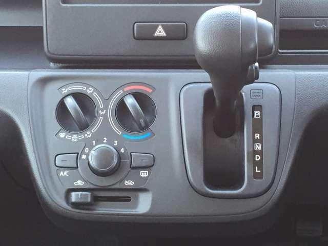 暑い日でも快適な空間を保つマニュアルエアコン装備車です♪