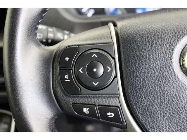 ステアリングスイッチ付き、マルチインフォメーションディスプレイ内の表示切替やエアコンなどの操作を、ステアリングから手を離さずに行うことができます。