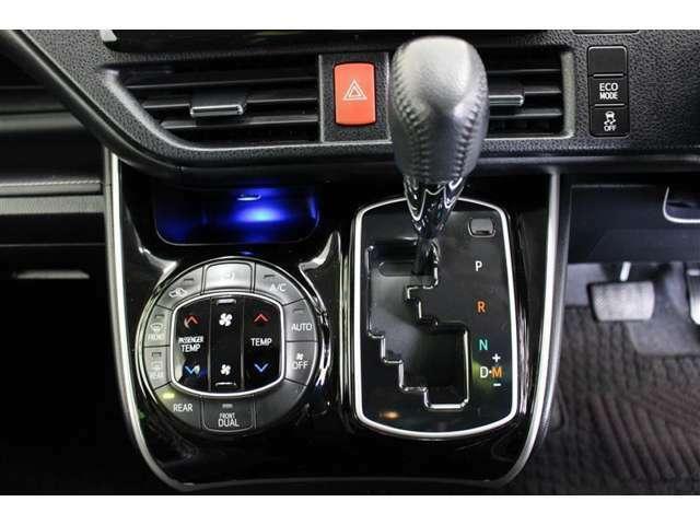 運転席と助手席、それぞれの体感温度の違いに合わせて温度設定が行えるオートエアコンです。