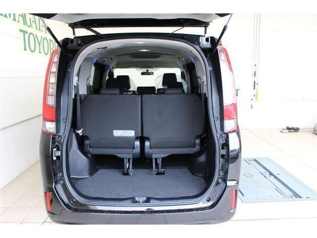 セカンドシートを前へスライドさせ、サードシートを跳ね上げれば、後列すべてを荷室として使うことが可能です。